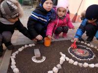 """Мастер-класс  для детей на прогулке """"Декоративные украшения  на  зимней клумбе"""""""